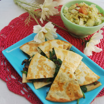 Spenat och mozzarellafyllda quesadillas med tomat och kålsallad