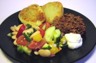 Bakad potatis med chilifärs och bönsallad