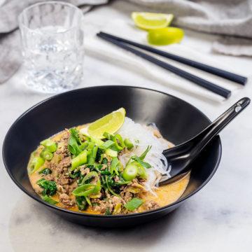 Thaifärsgryta med röd curry och spenat