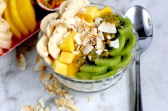 Tropisk yoghurtskål med mango och passionsfrukt
