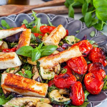Ugnsbakade medelhavsgrönsaker med halloumi