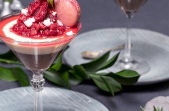 Choklad- och vaniljpannacotta med krossade hallon