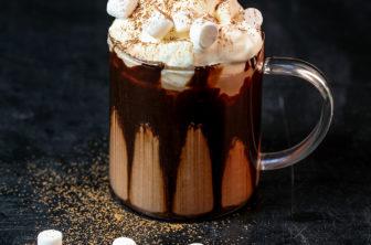 Varm choklad med vispgrädde och minimarshmallows