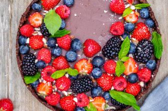 Vegansk chokladkaka med bär