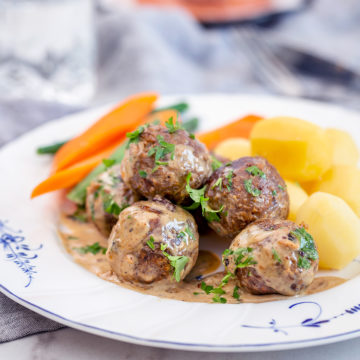 Veganska köttbullar i gräddsås med kokt potatis