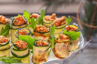 Zucchinirulle med ruccola och soltorkad tomatfyllning