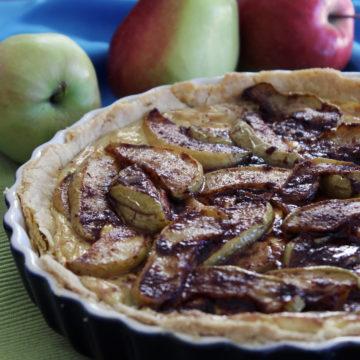 Äpple- och pecannötspaj med ingefära och crème fraîche