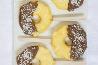Chokladdoppad ananas med kokosflingor