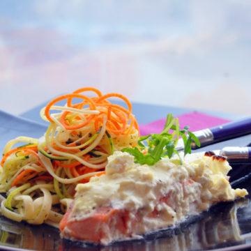 Fetaostbakad lax med basilikadressad grönsakspasta