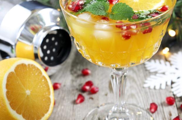 Spritsig julcocktail med apelsin och granatäpple