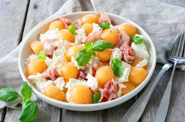 Melonsallad med mozzarella och prosciutto