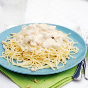 Pasta med ostsås och kyckling