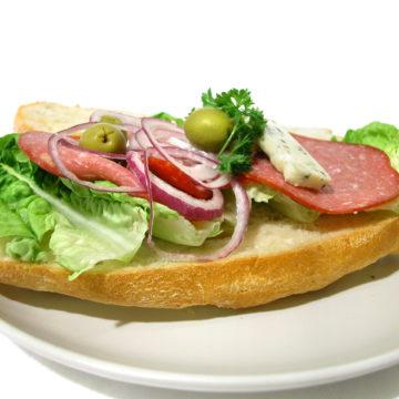 Salami- och ädelostciabatta