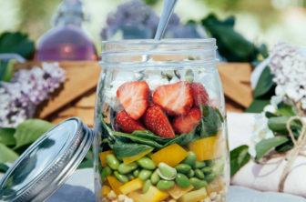 Shakesallad med spenat, jordgubbar och getost