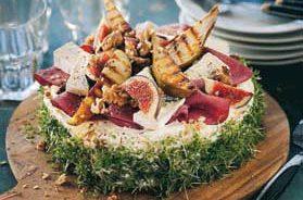 Smörgåstårta med rökt kött, grillat päron och pepparrot
