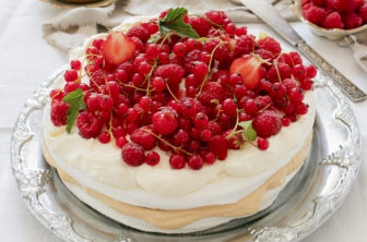 Snabb sommartårta med bär