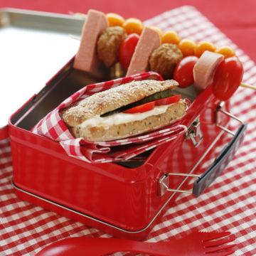 Korv och köttbullsspett med färskostmacka