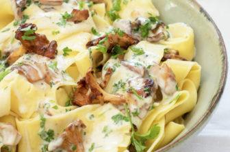 Vegansk kantarellpasta pasta med kantareller